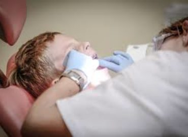 How to prepare your child for her first visit to a dental clinic